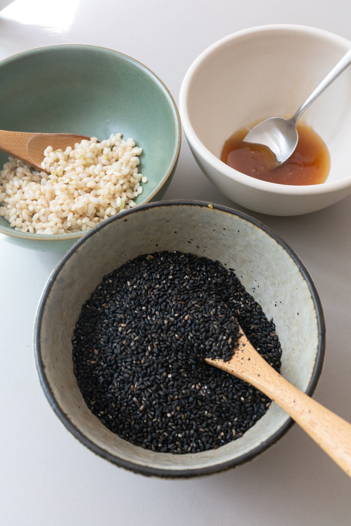 Ingredients for Black Sesame Soup (black sesame seeds, glutinous rice, and honey).